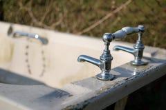 Baignoire en céramique d'Abadonded montrant le détail des robinets de haute qualité image libre de droits