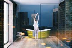 Baignoire jaune dans la salle de bains minimalistic modifiée la tonalité Photos libres de droits