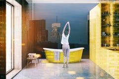 Baignoire jaune, murs noirs modifiés la tonalité Photos stock