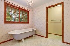 Baignoire libre dans le coin de la rétro salle de bains Photo stock