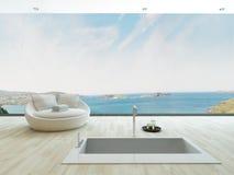 Baignoire moderne de plancher contre la fenêtre énorme avec la vue de paysage marin Image libre de droits