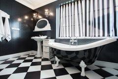 Baignoire noire et blanche dans la salle de bains images stock
