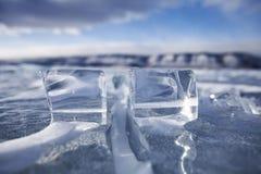 Baikal湖冰川  森林本质星期日冬天 免版税库存照片