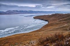 Baikal湖和岩石在12月寒冷 结冰的时期 冰川在水游泳 免版税库存照片