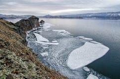 Baikal湖和岩石在12月寒冷 结冰的时期 冰川在水游泳 图库摄影