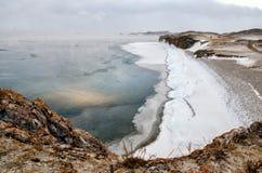 Baikal湖和岩石在12月寒冷 结冰的时期 冰川在水游泳 库存图片