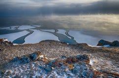 Baikal湖和岩石在12月寒冷 结冰的时期 冰川在水游泳 库存照片