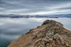 Baikal湖和Kobilya golova在12月寒冷晃动 结冰的时期 冰川在水游泳 免版税库存图片