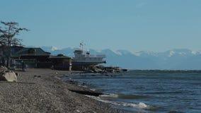 Baikal湖海岸纯净的水的看法,波浪 结算天数 有在湖的另一边的山 股票视频