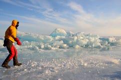Baikal湖,俄罗斯, 2017年3月, 01日 去沿贝加尔湖冰的小丘的游人在冬天 库存图片