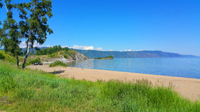 baikal λίμνη Άποψη σχετικά με τη Baikal ακτή με μια παραλία Στοκ φωτογραφία με δικαίωμα ελεύθερης χρήσης