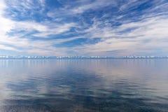 Baikal και χιονιού καλύμματα των βουνών στοκ εικόνα με δικαίωμα ελεύθερης χρήσης