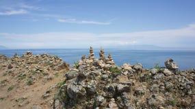 Baikal, cap Khoboy, pyramide sur la mémoire Image libre de droits