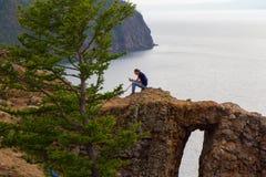 2014 08 Baikal jezioro: Młody człowiek reeding książkę na wyspie Olkhon na Jeziornym Baikal Fotografia Royalty Free