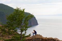 2014 08 Baikal jezioro: RussiaYoung mężczyzna reeding książkę na wyspie Olkhon na Jeziornym Baikal Fotografia Royalty Free