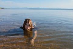 Baikal joven, flotadores sonrientes de la muchacha hermosa Imagen de archivo