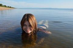 Baikal joven, flotadores sonrientes de la muchacha hermosa Fotografía de archivo libre de regalías