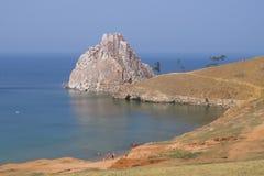 baikal lake olkhon russia f?r baikal ?lake En lilla strand och Shamanka vaggar royaltyfri foto