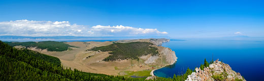 Baikal landskap för sjösommar, sikt från en klippa, Ryssland royaltyfri bild