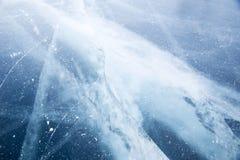 baikal lodowe wyspy olkhon czerwieni skały Pęknięcia w lodzie Baikal zdjęcie stock