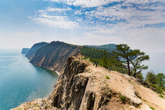 Baikal, Rússia - 24 de julho de 2015: um grupo da excursão que aprecia as vistas fotos de stock royalty free