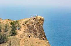 Baikal Rosja, Lipiec, - 24, 2015: wycieczki turysycznej grupa cieszy się widoki Obraz Stock