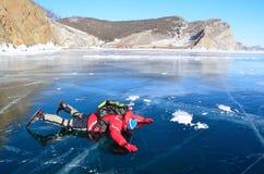 Baikal sjö, Ryssland, mars, 13, 2017 Ryssland Olkhon ö Turist som ser från Baikal is i marschen Royaltyfri Foto