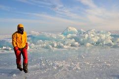 Baikal sjö, Ryssland, mars, 01, 2017 Turisten i en skidamaskering går vidare mindre kulle på isen av Baikal i vinter Royaltyfria Bilder