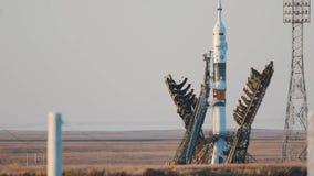 BAIKONUR KASAKHSTAN - JULE 28: Lansering av den Soyuz FG MS-05 utrymmeraket Rymdskeppet lanserar in i utrymme, arkivfilmer