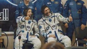 BAIKONUR KASAKHSTAN - JULE 28: Tre levande verkliga kosmonaut går till raket, säger farväl till en folkmassa av folk, våg stock video