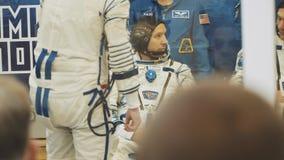 BAIKONUR, KAZACHSTAN - JULE 28: Drie leven echte kosmonauten gaan naar de raket, zeggen vaarwel aan een menigte van mensen, golf stock footage