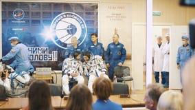 BAIKONUR, KAZACHSTAN - JULE 28: Trzy żywego istnego kosmonauta iść rakieta, mówją tłum ludzie do widzenia, fala zbiory