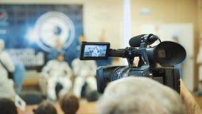 BAIKONUR, KAZACHSTAN - JULE 28: Trzy żywego istnego kosmonauta iść rakieta, mówją tłum ludzie do widzenia, fala zbiory wideo