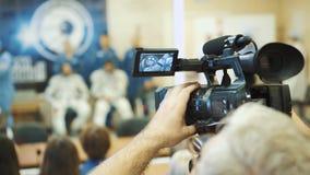 BAIKONUR, KAZACHSTAN - JULE 28: Trzy żywego istnego kosmonauta iść rakieta, mówją tłum ludzie do widzenia, fala zdjęcie wideo