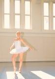 Bailado da jovem mulher Fotos de Stock Royalty Free