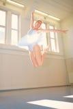 Bailado da jovem mulher Fotografia de Stock