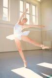 Bailado da jovem mulher Imagens de Stock