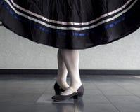 Bailado do caráter, quinta posição com a saia guardada Foto de Stock Royalty Free