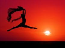 Bailado no por do sol Imagens de Stock