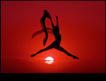 Bailado no por do sol Fotografia de Stock Royalty Free