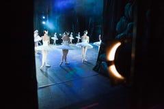 Bailado O Lago das Cisnes indicação Bailarinas no movimento Imagem de Stock