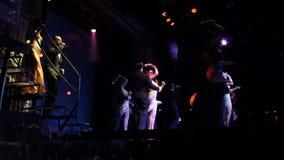 Bailan tango en una demostración para los turistas metrajes