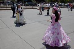 Bailando en la alegría de ser desfile católico, Santiago Imagen de archivo libre de regalías