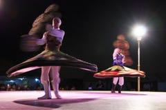 Bailarín árabe que realiza una danza de torneado Fotografía de archivo