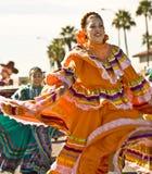 Bailarín étnico tradicional en desfile imagenes de archivo