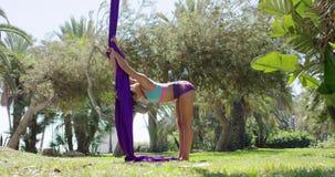 Bailarín acrobático hermoso de la mujer joven almacen de video