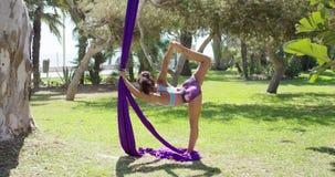 Bailarín acrobático hermoso de la mujer joven almacen de metraje de vídeo