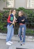 Bailarín adolescente del hip-hop de la muchacha y su madre joven en el Saint Louis para la semana nacional de la danza foto de archivo