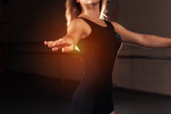 Bailarín adolescente en unitard en la posición de ballet foto de archivo