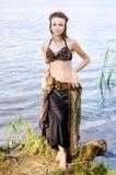 Bailarín americano tribal del estilo de la mujer joven Baile de la muchacha y presentación en el traje de la danza de vientre de  Imagenes de archivo